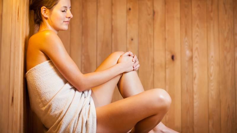 zwangere vrouw in sauna