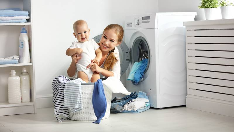 moeder en baby wassen babykleertjes