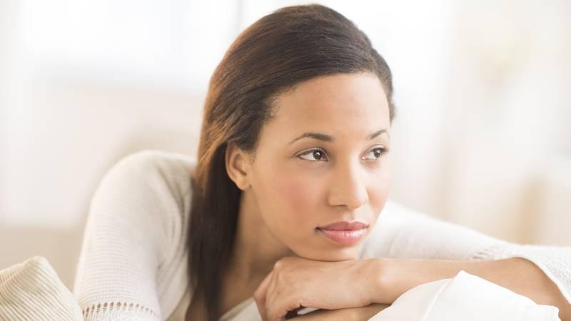 Dagdromende jonge vrouw denkt na over zwanger worden