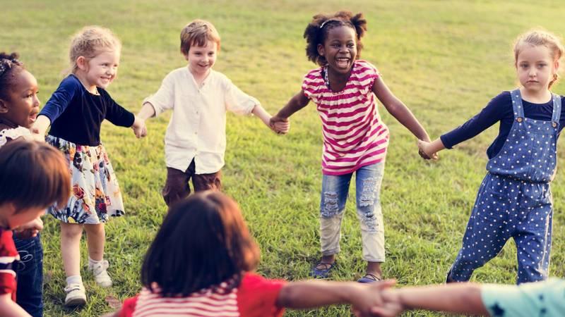 diverse multiculturele groep kinderen tegen racisme