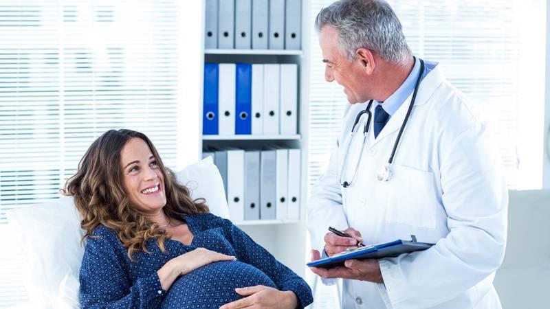 zwangere vrouw bij gynaecoloog