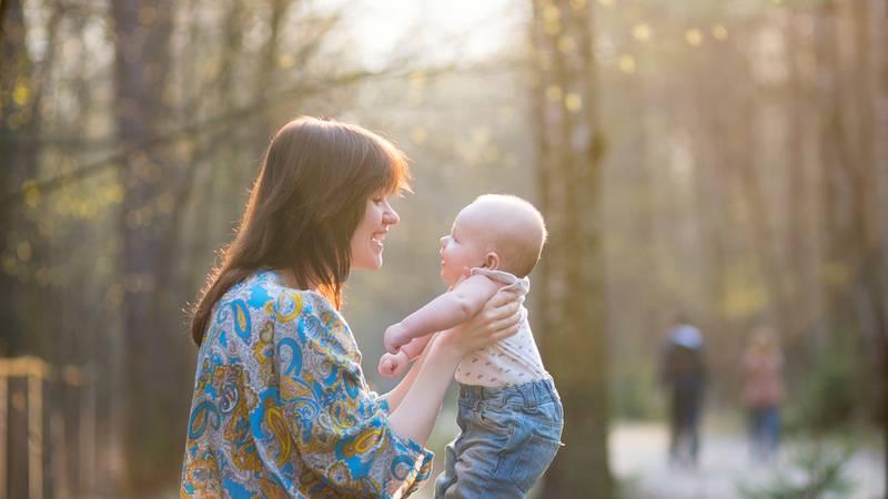 Moeder praat tegen baby