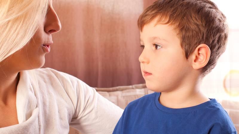 moeder praat met kind over coronavirus