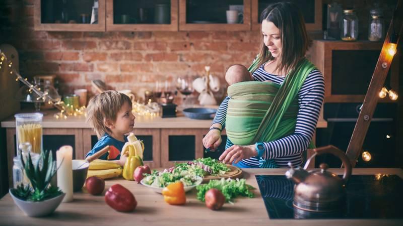 moeder met baby gezond aan het eten na bevalling